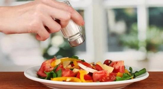 в каких продуктах много соли